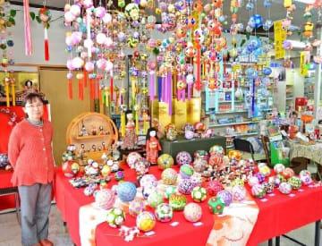 行橋の商店街を彩る人形 3月3日まで「ひな祭り展」 薬局には手作りのさげもん [福岡県]