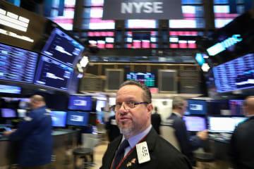 ニューヨーク証券取引所のトレーダー=19日(ロイター=共同)
