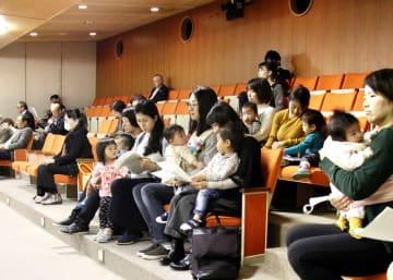 子どもをあやしながら傍聴する母親ら=2018年12月3日、福井県福井市議会議場