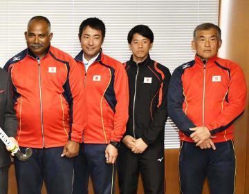 東京五輪に向け決意を新たにしたホッケー男子日本代表のアイクマン監督(左)ら=19日午後、松前町役場