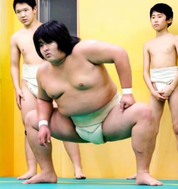 大相撲の追手風部屋に入門が決まった石岡樹さん(中央)=19日、松山市森松町