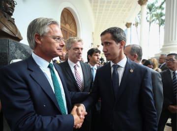 19日、各国の駐ベネズエラ大使らと記者会見するグアイド国会議長(右)=カラカス(タス=共同)