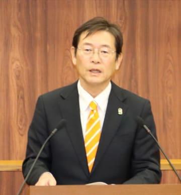【再選に向け出馬表明する竹上市長=松阪市議会で】
