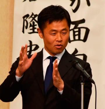 【講演する小倉隆史さん=津市大門の津都ホテルで】