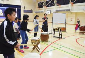 金澤さんきょうだいの指導で和太鼓に親しむ児童