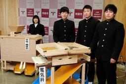 金ゴマの選別機を開発した西脇工業高校の生徒たち=西脇市役所