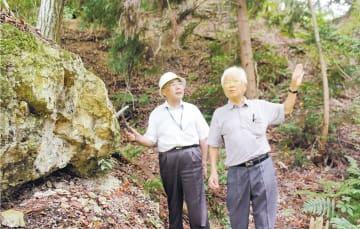 学徒動員で従事したウラン採掘を語る前田さん(右)と橋本さん=2018年8月6日、福島県石川町の塩ノ平採掘場跡