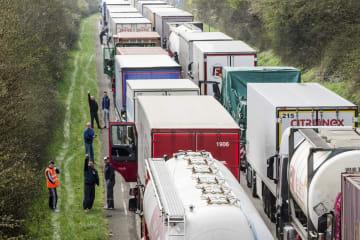 ベルギーの道路で、トラックの脇に立つトラック運転手ら=2016年4月(AP=共同)