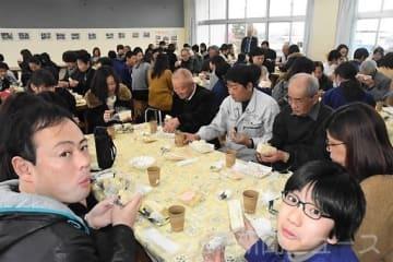 父母に感謝学校で食事 千代田・東小で集会