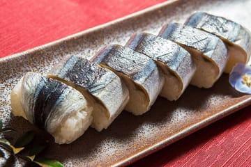 すさみ町特産のさんま寿司(寝屋川市提供)