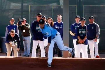 マリナーズ・菊池雄星の投球を見つめるイチロー(左)【写真:田口有史】