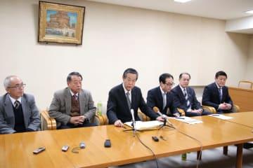 横沢氏擁立を発表する共産、自由、社民の3党県組織幹部=18日夜