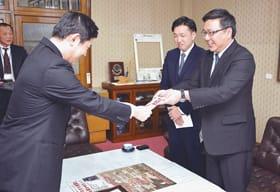 青山市長に目録を手渡す山口専務(右)