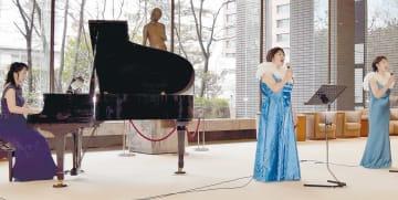 美しいハーモニーで聴衆を魅了する「ル・レーヴ」のメンバー