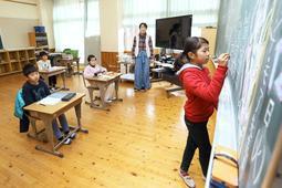 算数の授業に取り組む楊津小学校の3年生ら=兵庫県猪名川町木津(撮影・風斗雅博)
