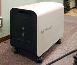 エリーパワーのバッテリー電源「Power YIILE3」は、移動のできるキャスターつきで工事不要で導入できる。本体に設けられ  たコンセント(3Pタイプ2口)から電源を出力する