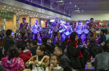 美食が集結、オアシス都市に新夜市誕生 新疆ウイグル自治区