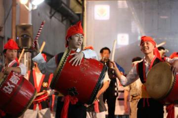 栄光祭のとりを飾った生徒による勇壮なエイサー=16日、沖縄市・一番街