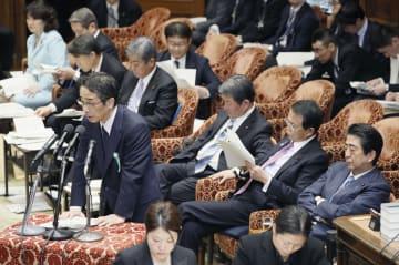 衆院予算委で答弁する中江元哉・元首相秘書官。右端は安倍首相=20日午後
