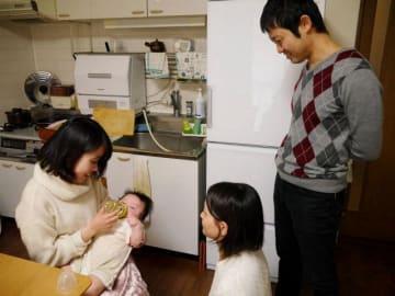 星野さん夫婦の長男結翔ちゃんにミルクを飲ませる永善さん=横浜市内