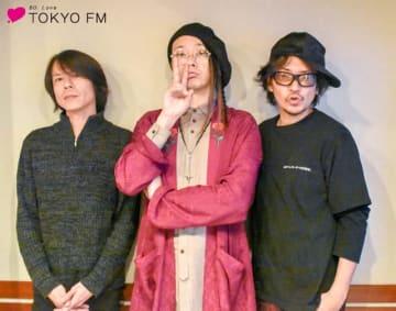 L'Arc-en-CielのKenさん(右)と、吉田トオルさん(左)。中央は番組パーソナリティのMUCC・逹瑯