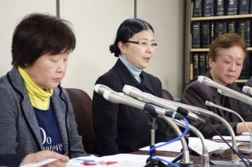 判決後、記者会見する原告(左2人)ら=20日午後、東京・霞が関の司法記者クラブ