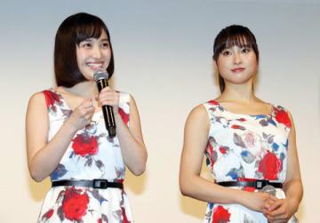 「約束のステージ ~時を駆けるふたりの歌~」の完成披露試写会に登場した土屋太鳳さん(右)と百田夏菜子さん