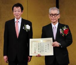久元市長から名誉市民の称号を贈られた本庶佑理事長(右)=神戸市中央区港島中町6