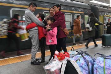 「さよならしたくない」 両親との再会を終えた小さな姉妹が帰郷