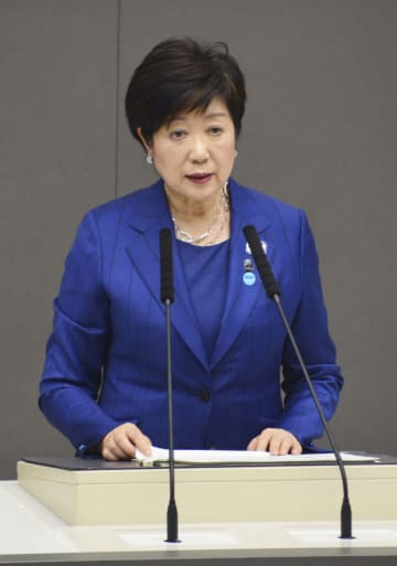 東京都議会定例会で施政方針を表明する小池百合子知事=21日午前0時40分