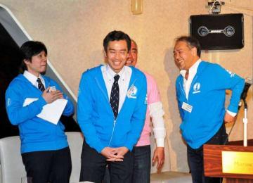 横浜運河パレードの報告会であいさつする大島理事長(中央)=マリーンルージュ
