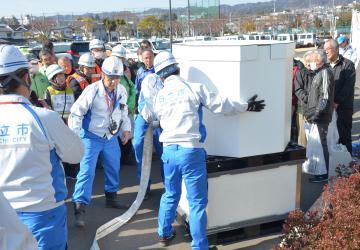 大規模災害による断水時に給水拠点に設置される簡易型給水タンクの組み立て訓練=日立市東成沢町