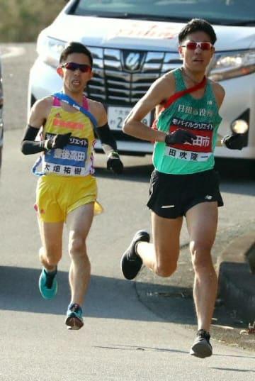 力強い走りで前の2人を抜き、トップに立つ日田の田吹(右)=2区・竹田市久住町
