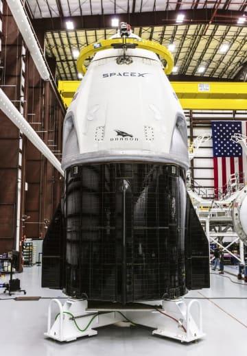 スペースXが開発する有人型ドラゴン宇宙船(スペースX提供・共同)
