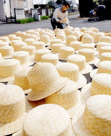 天日干しされた麦わら帽子=20日午後、春日部市赤沼の田中帽子店