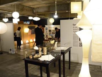 イサム・ノグチ氏の手書きのスケッチや模型など貴重な資料が並ぶ特別展=岐阜市笹土居町、オゼキAKARI倉庫