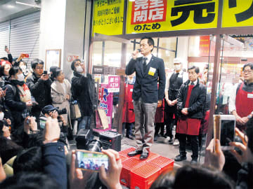 閉店を見届けに来た人たちの前であいさつする、ダイエー横浜西口店の店長