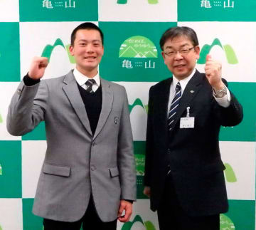 【櫻井市長(右)から激励された津田学園の前投手=亀山市役所で】