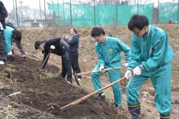 コミュニティーガーデンの造成に取り組む生徒=水戸市見川町