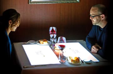 メインコースを前にテーブルに映し出される「エンターテインメントマッピングディナー」を楽しむ客ら(沖縄かりゆしアーバンリゾート・ナハ提供)
