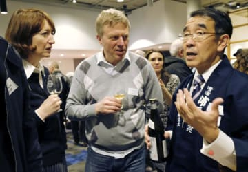 シンポジウム後、参加者と話す宮城県の醸造元「佐浦」の佐浦弘一社長(右)=20日、ロンドン(共同)