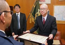 感謝状を受け取るローヤルタクシーの藤田英史さん(右)と米田雅人社長=加古川署
