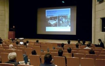 熊本地震で生じた南阿蘇村立野地区の山腹亀裂などに関する住民説明会=大津町