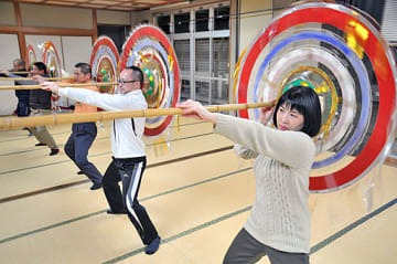 本番を控え、傘踊りの新しい舞の創作に打ち込むメンバーたち=鳥取市国府町宮下の宮下地区公民館