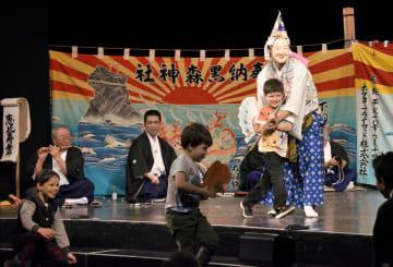 ハンガリー・ブダペストで披露された黒森神楽に、飛び入り参加した子供たち=20日(共同)