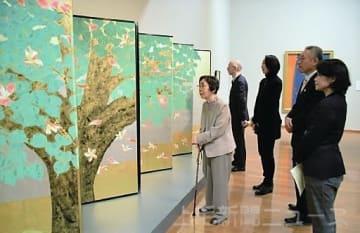 亡夫の日本画「懐かしい」 石川響さん家族、展覧会見学