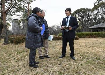 ソメイヨシノを植樹する場所を確認する鷲見理事長(右)ら=15日、大阪市都島区の藤田邸跡公園