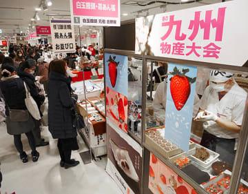 人気商品のブースが並び、多くの客でにぎわう会場=20日、大阪市北区の阪急うめだ本店