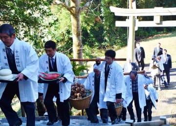 国の重要無形民俗文化財に指定されている「茂名の里芋祭り」が20日、館山市の十二所神社で行われ、地区住民らがサトイモ180個を奉納。五穀豊穣(ほうじょう)や無病息災を祈願した