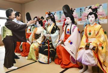 祇園甲部の歌舞練場で行われた「都をどり」の衣装合わせ=21日午前、京都市